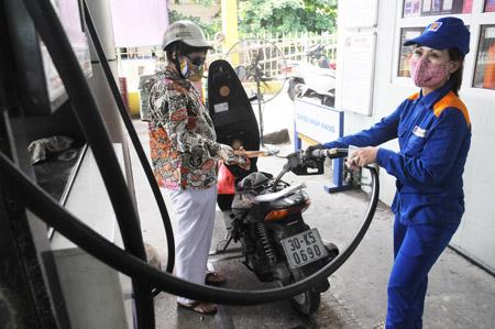 """Giảm giá """"nhỏ giọt"""", DN xăng dầu công bố lãi lớn - 1"""