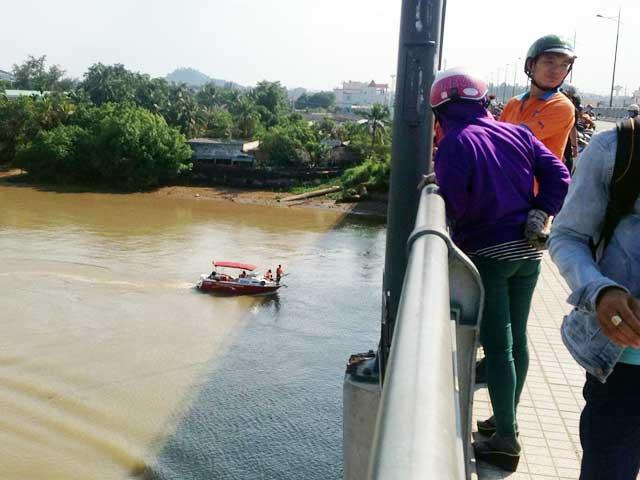 Tìm thấy thi thể cô gái bỏ xe, lao xuống sông Đồng Nai - 1