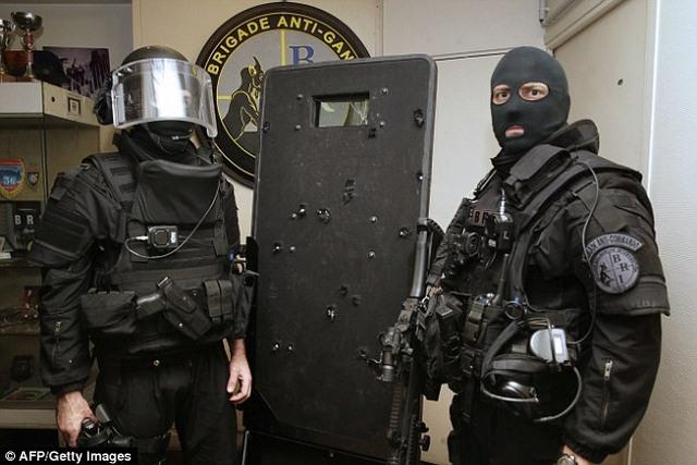Chuyện sau tấm khiên chi chít lỗ đạn khủng bố Paris - 3