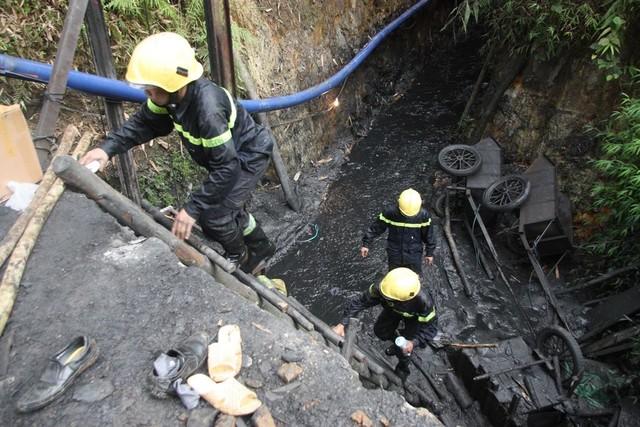 Sập lò than: Hối hả cứu người mắc kẹt ở độ sâu 700m - 3
