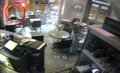 Video mới công bố: IS xối đạn vào nhà hàng ở Paris - 1