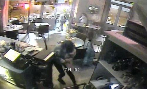 Video mới công bố: IS xối đạn vào nhà hàng ở Paris - 2