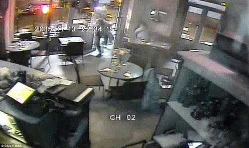 Video mới công bố: IS xối đạn vào nhà hàng ở Paris - 3