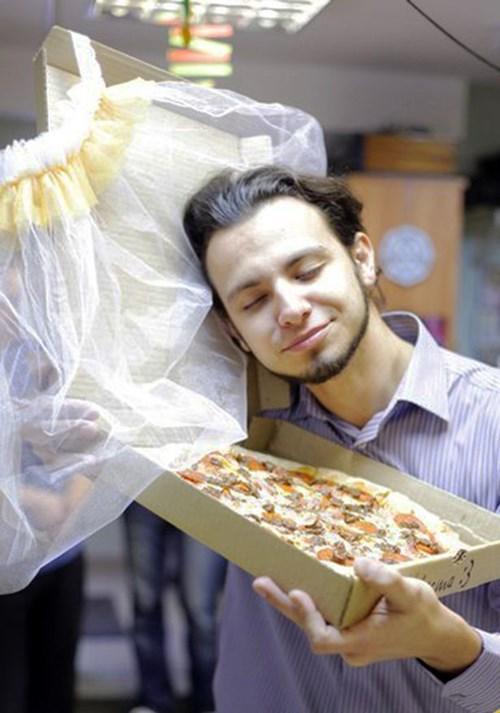 """Trai trẻ cưới pizza """"làm vợ"""" gây sốc - 2"""
