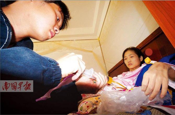 Cảm động chồng truyền máu cho vợ suốt 4 năm - 1