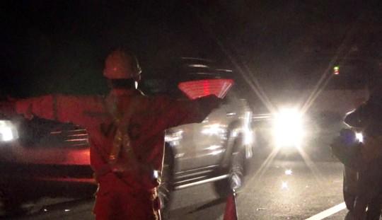 Liều đi bộ qua đường cao tốc, bị ô tô tông chết - 3