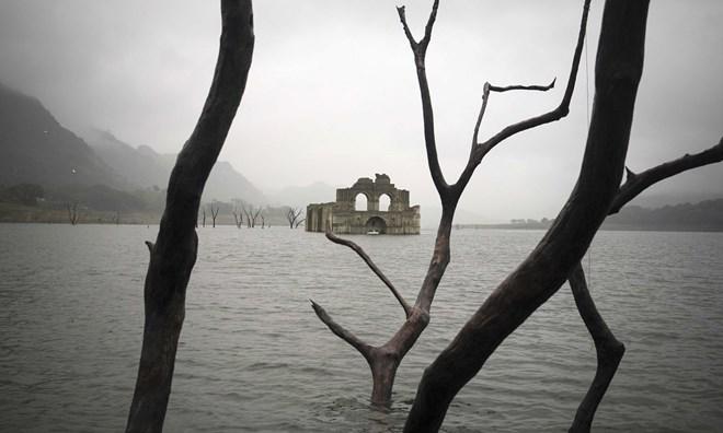 """Nhà thờ cổ 450 tuổi """"hiện hình"""" trên hồ nước - 1"""