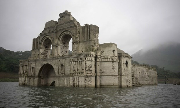 """Nhà thờ cổ 450 tuổi """"hiện hình"""" trên hồ nước - 2"""