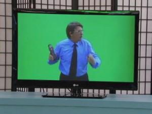 """Clip: """"Giật mình"""" với người đàn ông chui ra từ tivi"""