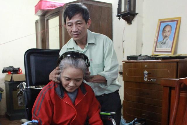 Người chồng 22 năm không dám ốm vì chăm vợ bại liệt - 1