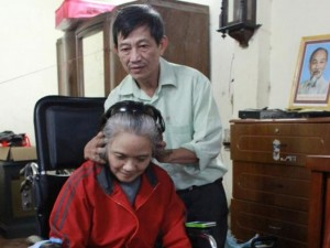 Bạn trẻ - Cuộc sống - Người chồng 22 năm không dám ốm vì chăm vợ bại liệt