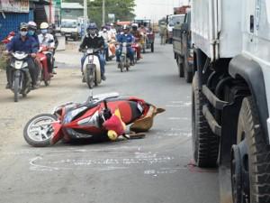 """Tai nạn giao thông - Đụng """"hung thần"""", cả gia đình gặp nạn"""