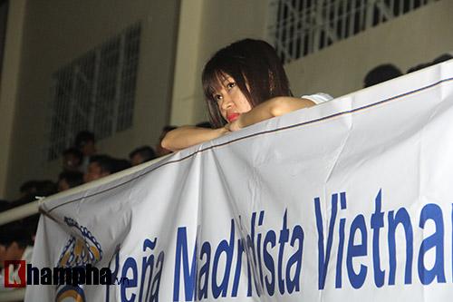 """Fan nữ xinh Real """"tan nát"""" vì Barca đá như lên đồng - 11"""