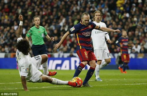 Sau Ronaldinho, fan Real lại vỗ tay cho 1 siêu sao Barca - 1