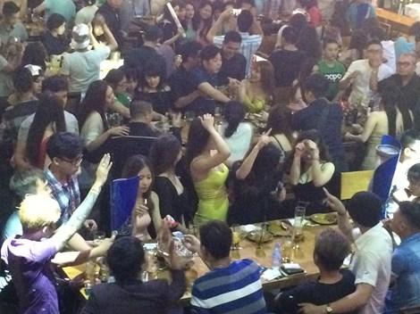 Đột kích 'vũ trường' lộ thiên ở trung tâm Sài Gòn - 1
