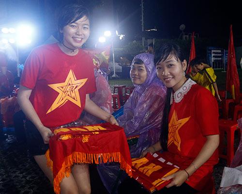 """CĐV Biên Hoà đội mưa, """"lăn xả"""" cùng U21 Việt Nam - 9"""