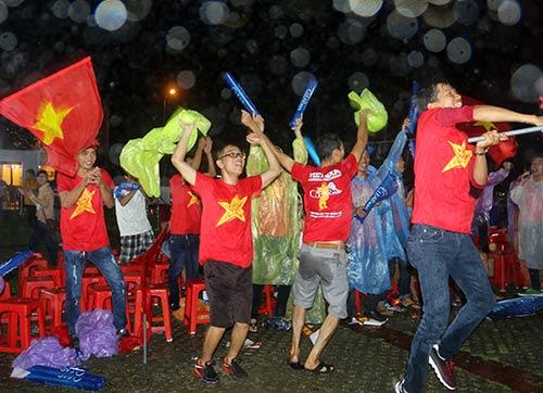 """CĐV Biên Hoà đội mưa, """"lăn xả"""" cùng U21 Việt Nam - 13"""