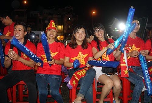 """CĐV Biên Hoà đội mưa, """"lăn xả"""" cùng U21 Việt Nam - 11"""