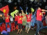 """Bóng đá - CĐV Biên Hoà đội mưa, """"lăn xả"""" cùng U21 Việt Nam"""