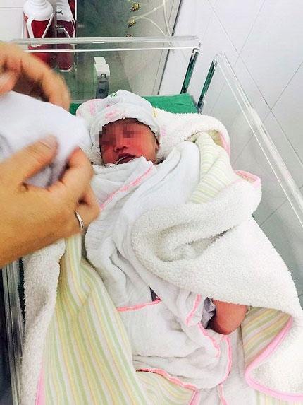 Bé gái sơ sinh 1 ngày tuổi bị bỏ trong thùng xốp - 1