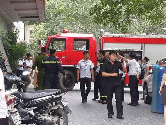 HN: Cháy bệnh viện, bắc thang cứu bệnh nhân mắc kẹt - 1