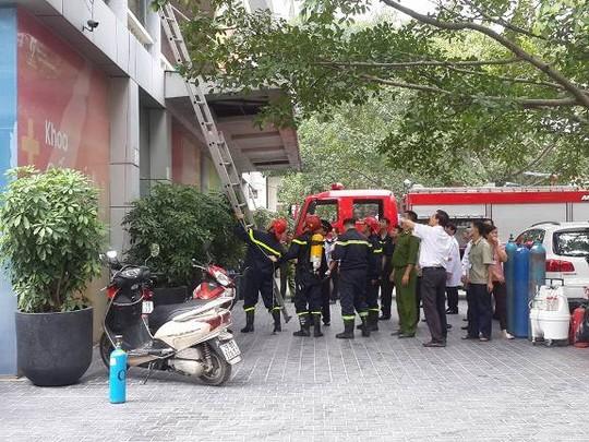 HN: Cháy bệnh viện, bắc thang cứu bệnh nhân mắc kẹt - 2