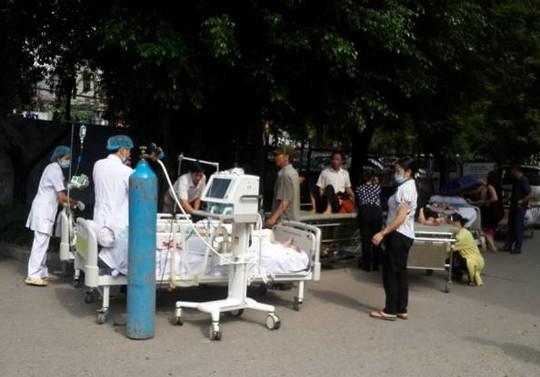 HN: Cháy bệnh viện, bắc thang cứu bệnh nhân mắc kẹt - 3