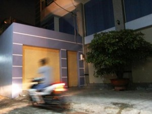 An ninh Xã hội - Một thanh niên chết bất thường trước biệt thự sáu tầng