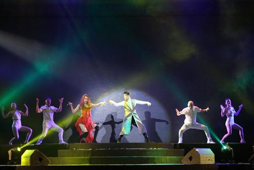 Tóc Tiên gây ngỡ ngàng chiếc váy khổng lồ phát sáng - 10