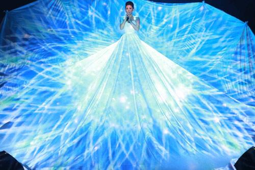 Tóc Tiên gây ngỡ ngàng chiếc váy khổng lồ phát sáng - 2
