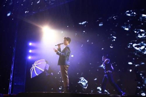 Tóc Tiên gây ngỡ ngàng chiếc váy khổng lồ phát sáng - 5