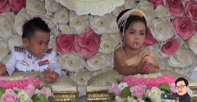 Anh em song sinh 3 tuổi cưới nhau để... giải xui - 1