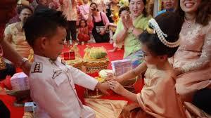 Anh em song sinh 3 tuổi cưới nhau để... giải xui - 2