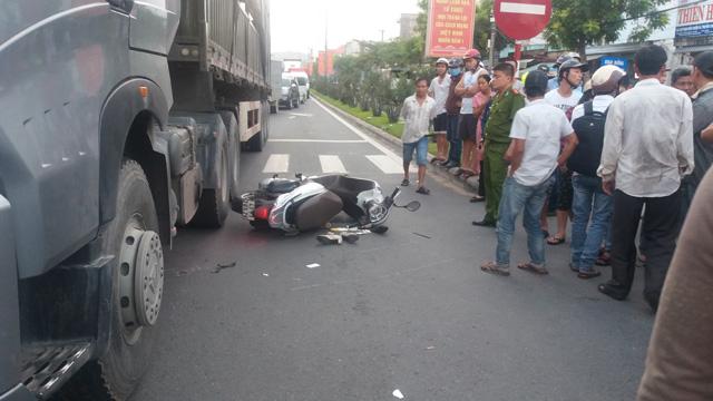 Đứng chờ đèn đỏ, bị xe tải từ phía sau lao lên tông chết - 1