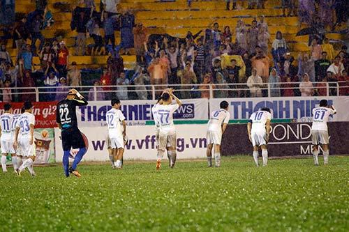 "CĐV dầm mưa ""tiếp lửa"" U21 HAGL viết tiếp giấc mơ - 13"