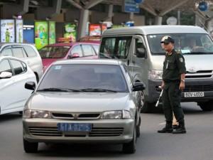 """Tin tức trong ngày - Xử xe công """"nằm lì"""" ở sân bay Tân Sơn Nhất"""