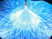 Giải trí - Tóc Tiên gây ngỡ ngàng chiếc váy khổng lồ phát sáng
