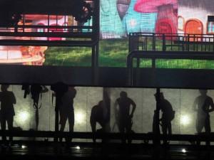 Fan la hét vì nhóm EXO lộ cảnh thay đồ trên sân khấu