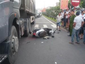 Đứng chờ đèn đỏ, bị xe tải từ phía sau lao lên tông chết
