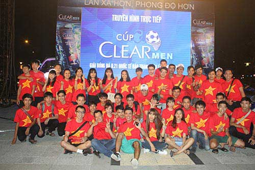 U21 HAGL chiến thắng, fan nữ đốt pháo sáng ăn mừng - 1