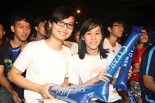 U21 HAGL chiến thắng, fan nữ đốt pháo sáng ăn mừng - 3