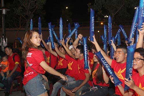 U21 HAGL chiến thắng, fan nữ đốt pháo sáng ăn mừng - 5