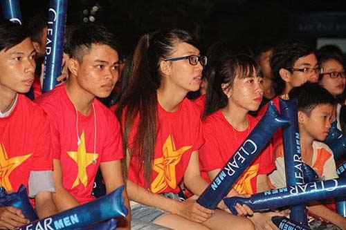 U21 HAGL chiến thắng, fan nữ đốt pháo sáng ăn mừng - 6