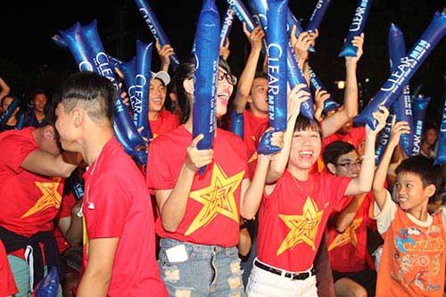 U21 HAGL chiến thắng, fan nữ đốt pháo sáng ăn mừng - 7