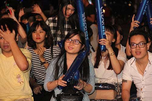 U21 HAGL chiến thắng, fan nữ đốt pháo sáng ăn mừng - 10