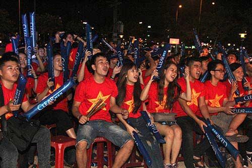U21 HAGL chiến thắng, fan nữ đốt pháo sáng ăn mừng - 12