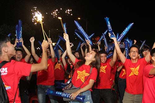 U21 HAGL chiến thắng, fan nữ đốt pháo sáng ăn mừng - 14