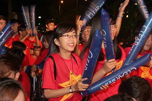 U21 HAGL chiến thắng, fan nữ đốt pháo sáng ăn mừng - 15