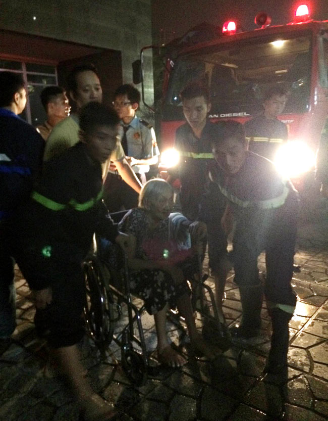HN: Cháy chung cư 25 tầng lúc nửa đêm, cư dân hoảng loạn - 4