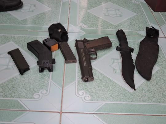 Bắt 3 cò bán nền đất nhà nước, thu giữ dao và súng - 3